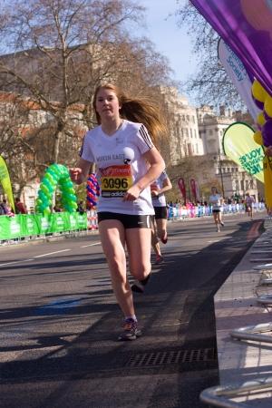 annual event: LONDRES - 13 de abril: las ni�as no identificadas correr el marat�n de Londres el 13 de abril de 2013 en Londres, Inglaterra, Reino Unido. El marat�n es un evento anual. Editorial