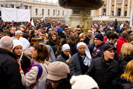 papal audience: LONDON - JANUARY 26TH  Unidentified people gather in st peters square to see the pope on the 26th of january in Rome, Italy  The pope makes an appearance every sunday at 12 noon  Editorial
