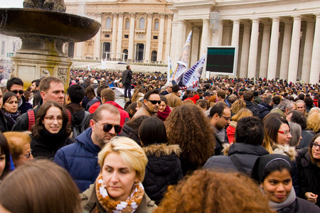 st  peter's basilica pope: LONDON - JANUARY 26TH  Unidentified people gather in st peters square to see the pope on the 26th of january in Rome, Italy  The pope makes an appearance every sunday at 12 noon  Editorial