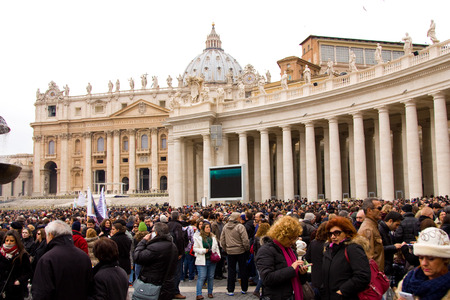 st  peter's basilica pope: LONDON - JANUARY 26TH: Unidentified people gather in st peters square to see the pope on the 26th of january in Rome, Italy. The pope makes an appearance every sunday at 12 noon. Editorial
