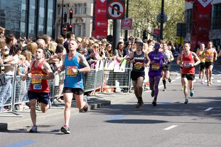 annual event: LONDRES - 13 de abril: hombres no identificados correr el marat�n de Londres el 13 de abril de 2014 en Londres, Inglaterra, Reino Unido. El marat�n es un evento anual. Editorial