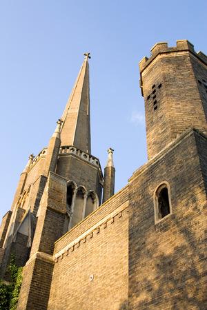 disused: iglesia en desuso en un cementerio. Foto de archivo