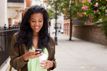 그녀의 메시지를 확인 아름다운 아프리카 계 미국인 여자. 스톡 콘텐츠