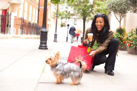 강아지와 쇼핑 가방 여자입니다.