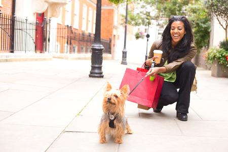 vrouw met hond en boodschappentassen