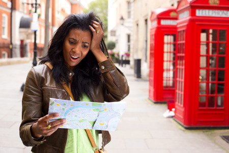 젊은여자가 런던에서 길을 잃었다.