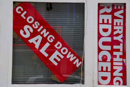 closing down sale sign in a window. Zdjęcie Seryjne