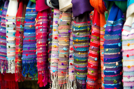 sciarpe: selezione di sciarpe in una bancarella del mercato Archivio Fotografico
