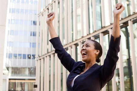 personas trabajando en oficina: Mujer de negocios joven que celebra