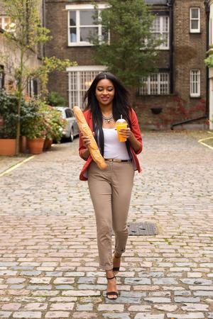 jugo de frutas: mujer joven con un zumo de fruta y una barra de pan Foto de archivo
