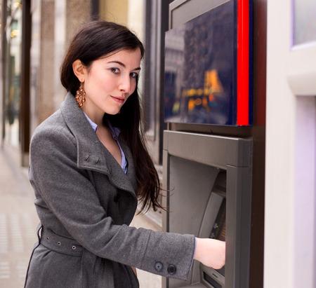automatic transaction machine: mujer joven en el cajero automático