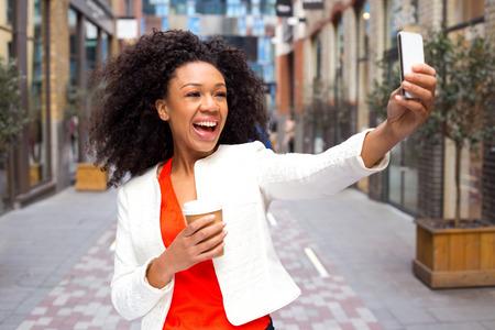 mannequin africain: jeune femme de prendre une Selfie