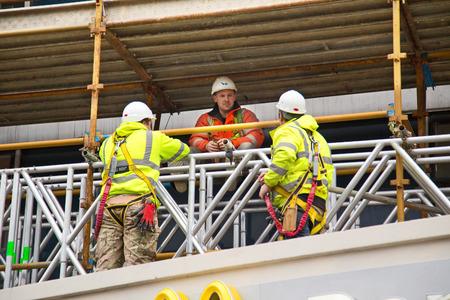 런던 -1 월 27 일 : 노동자 2015 1 월 27 일 런던, 영국, 영국에서 브리핑을 데. 220 만 명이 영국 건설 산업에 종사하고 있습니다. 에디토리얼