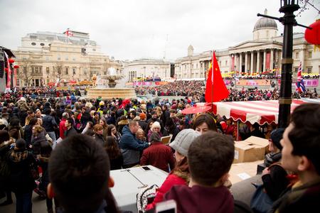 annual event: LONDRES - 22 de febrero: los espectadores no identificados en las celebraciones del a�o nuevo chino en febrero 22, 2015, en Londres, Inglaterra, Reino Unido. A�o Nuevo chino es un evento anual