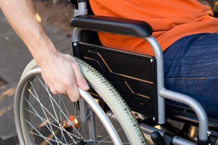 aide � la personne: en fauteuil roulant  Banque d'images