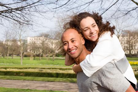 mujeres juntas: joven pareja disfrutando de un d�a en el parque Foto de archivo