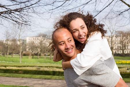 pareja apasionada: Pareja joven divertirse en el parque Foto de archivo