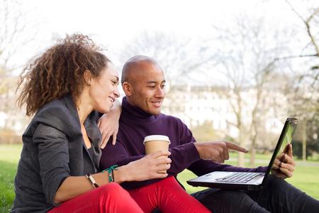 tarde de cafe: joven pareja disfrutando de una tarde con caf� y port�til