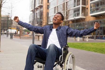 若い車椅子ユーザー祝います。