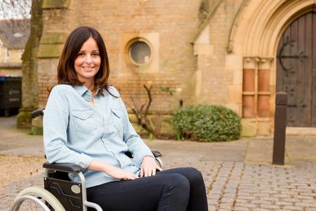 교회 외부 휠체어에 젊은 여자