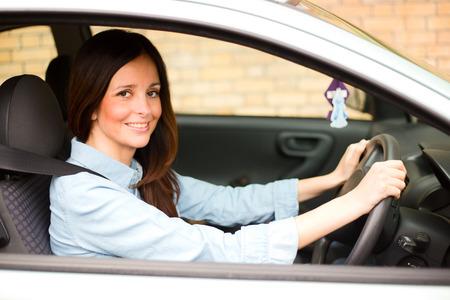 cinturón de seguridad: mujer joven drinving su coche llevaba el cinturón de seguridad.