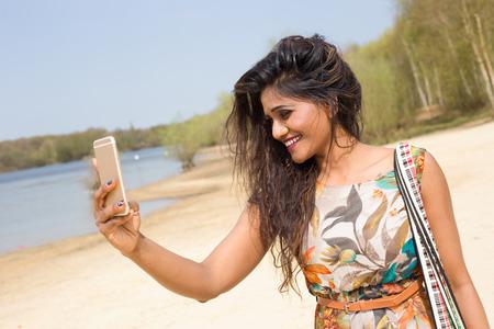 fille indienne: jeune femme indienne de prendre une selfie