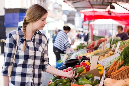 시장에서 음식에 대 한 쇼핑 젊은 여자 스톡 콘텐츠