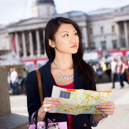 mapa china: joven turista china que sostiene un mapa Foto de archivo