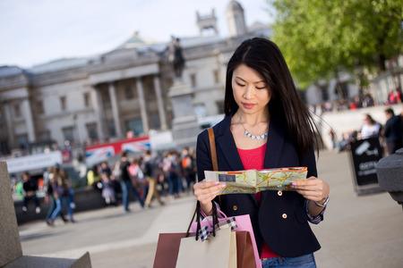 mapa china: joven chino turística leer un mapa