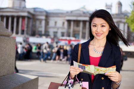 mapa de china: joven turista china que sostiene un mapa Foto de archivo