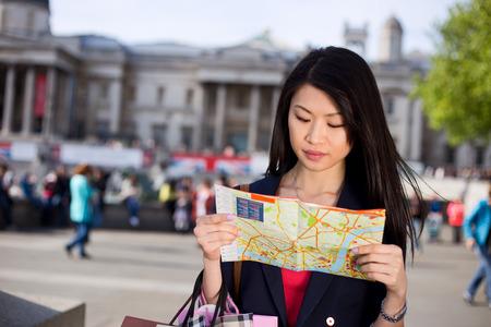 mapa de china: joven turista chino de leer un mapa en Londres Foto de archivo