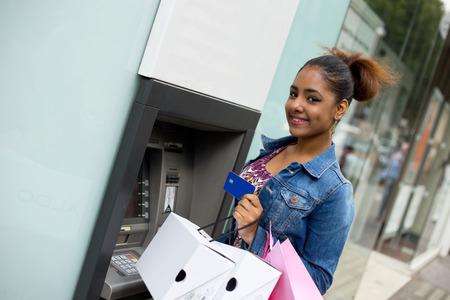 atm에서 현금을 인출하는 젊은 여성 스톡 콘텐츠