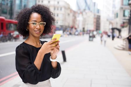 그녀의 휴대 전화를 사용 하여 젊은 여자