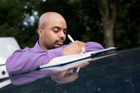 hombre escribiendo: Hombre escribir notas que se inclinan en su techo