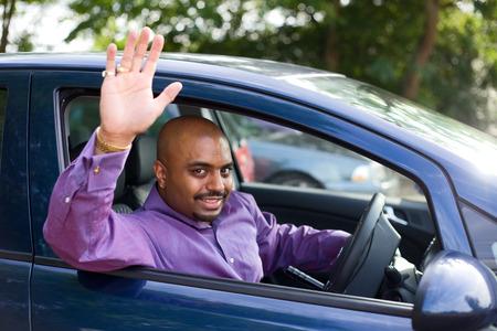 personas saludando: Hombre que agita adiós de su coche