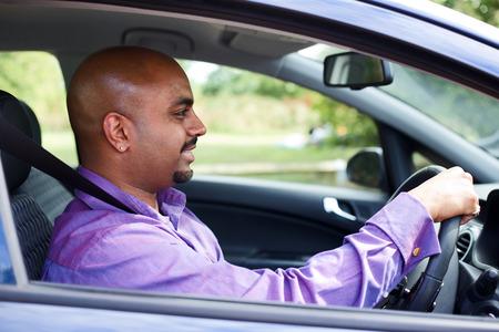 cinturon de seguridad: un joven que conducía su coche llevaba el cinturón de seguridad