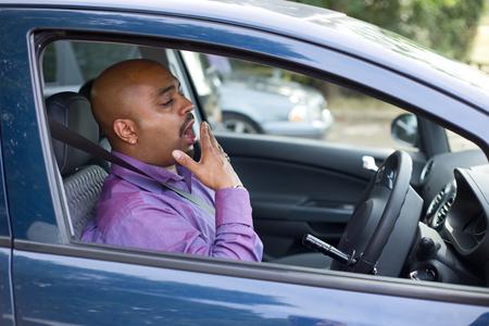 agotado: bostezo conductor en su coche