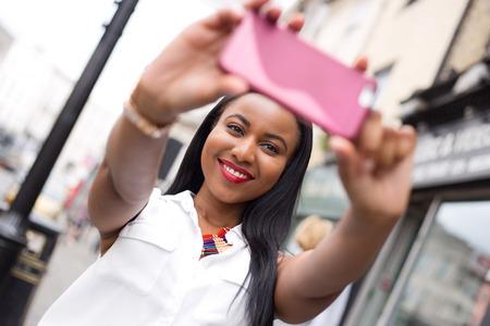 mujeres felices: Mujer joven que toma una Autofoto