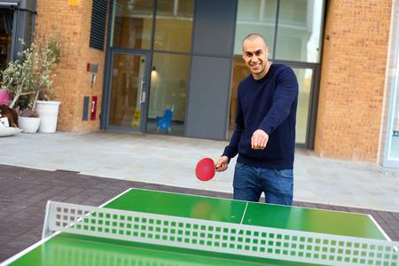 ping pong: joven disfruta de un juego de ping pong Foto de archivo