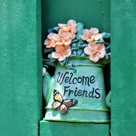 willkommen: Ceramic flowerpot with Welcome Friends Sign