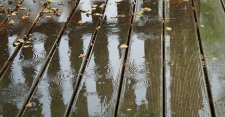 Reflexion auf nassen Holzdielen