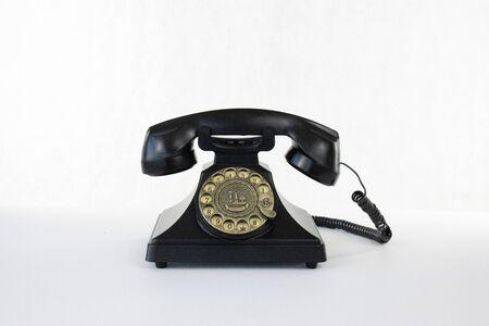 Teléfono rotatorio sobre fondo blanco aislado.