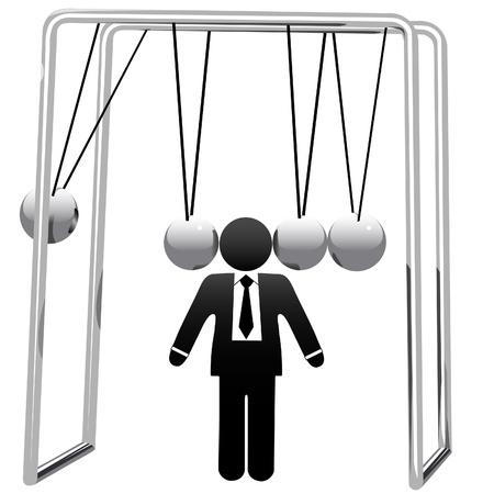 Un jouet de bureau d'affaires de Newton's Cradle berce la tête d'un homme d'affaires de symbole.