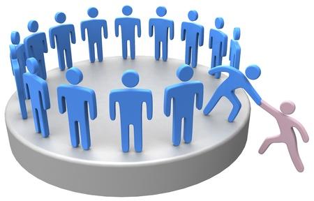 personas ayudando: Ayudar miembro de la mano para unirse a grandes grupos sociales o empresa