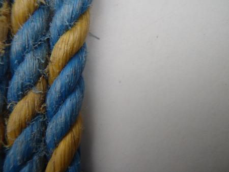 흰색 배경에 일부 파란색과 노란색 밧줄의 클로즈업
