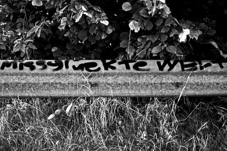 pflanzen: Eine Leitplanke mit Schriftzug Stock Photo
