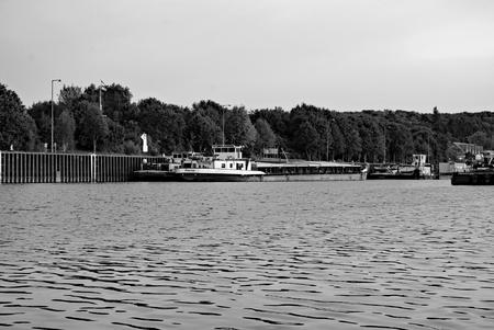 Schiffe im Elbe Seitenkanal vor dem Scharnebecker Schiffshebewerk