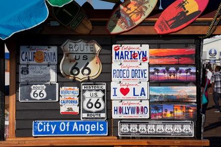 Tekenen en kentekenplaten te koop op een kraam op de Santa Monica Pier, Santa Monica, Californië Redactioneel