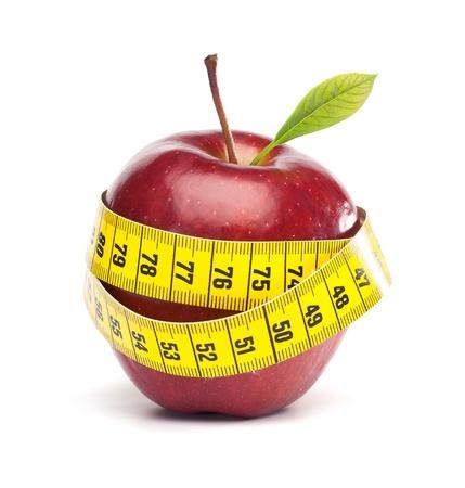huincha de medir: Dieta Concepto con manzana y cinta de medir, aislado en fondo blanco