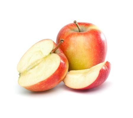 full red: Set di un pieno di mele rosse e un altro uno tagliato a met� e quarto pezzi. Isolato su sfondo bianco.